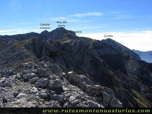 Ruta Jito Escarandi Cueto Tejao: Vista de la Pica del Jierru y Cortés desde Cueto Tejao