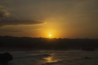 foto sunrise romantis pantai sepanjang