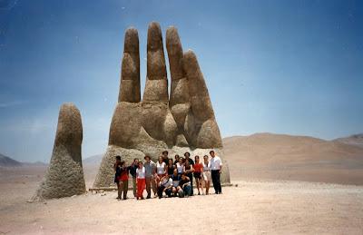 Increíble escultura la mano del desierto.