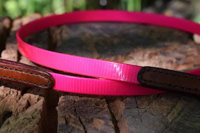 Dettaglio guinzaglio in cuoio e Biothane rosa per cani di piccola taglia lungo 1 metro