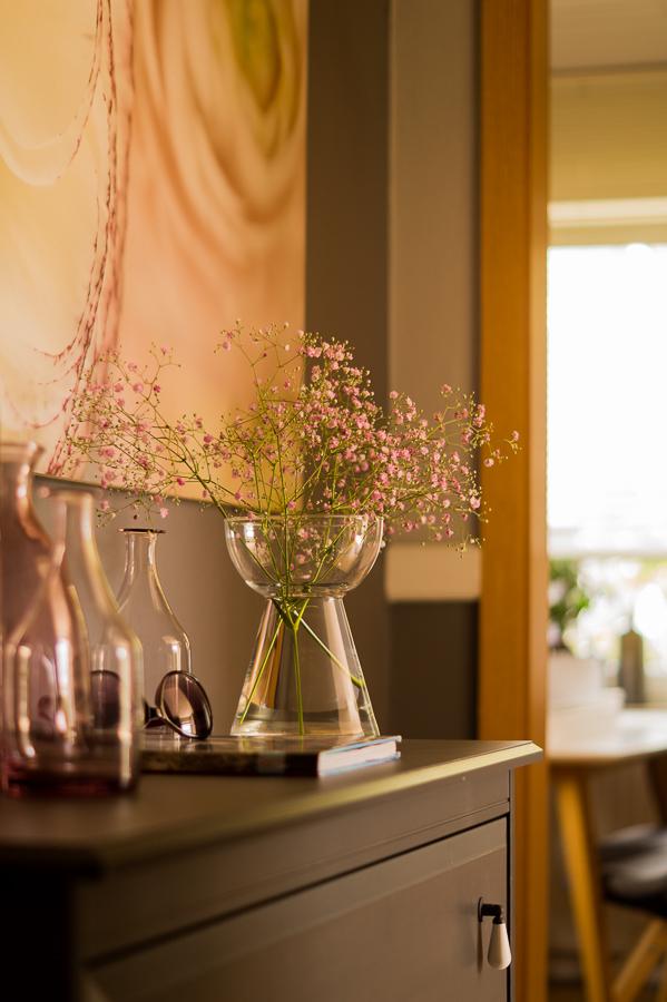 Blog + Fotografie by it's me   fim.works   Flower Friday   Rosa Schleierkraut   dunkelgraue Kommode