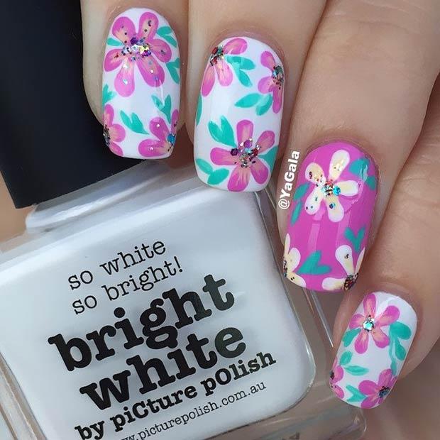 uñas decoradas con flores blancas