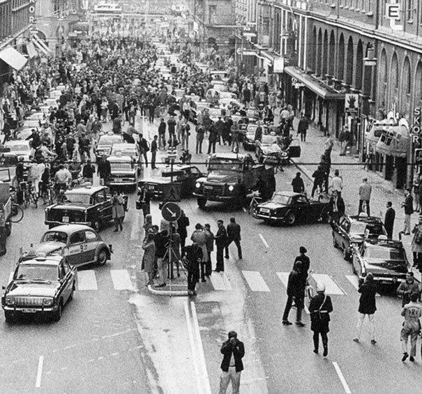 Foto del primer dia después de que Suecia pasara de conducir por el lado izquierdo a conducir por el lado derecho, foto tomada en el año 1967. Fotos insólitas que se han tomado. Fotos