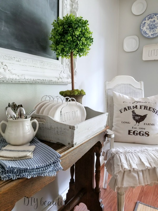 farmhouse dining vignette