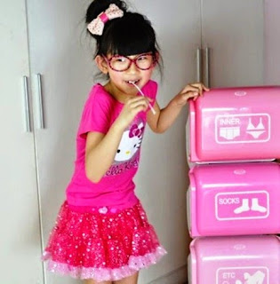 Foto anak lucu cantik pakai dress hello kitty cute