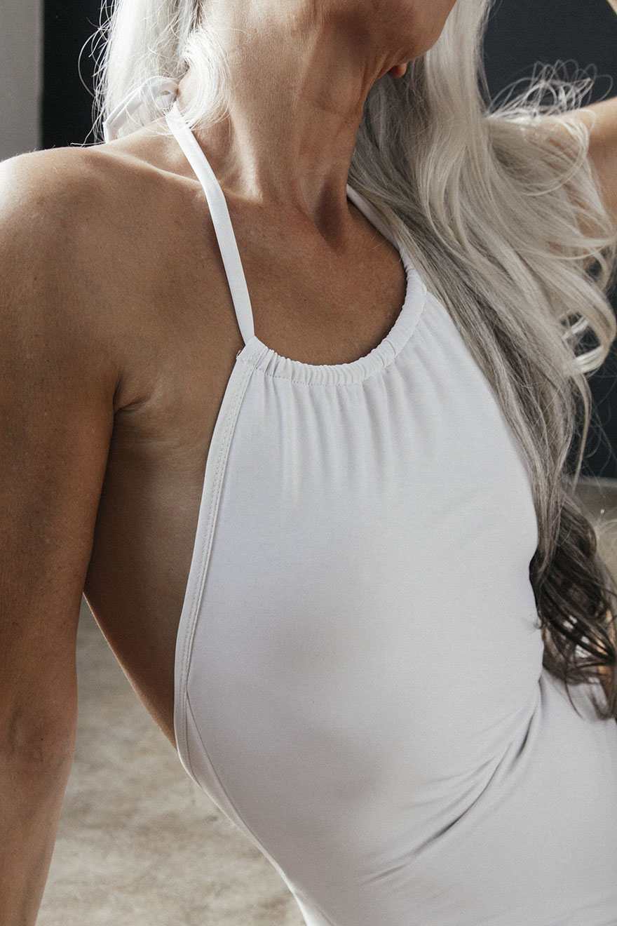 These photos are part of a campaign for a swimsuit collaboration between online shop The Dreslyn and lingerie house Land of Women- 61-Year-Old Model Absolutely Rocks Her Swimsuit Campaign, And Shares Her Beauty Secrets