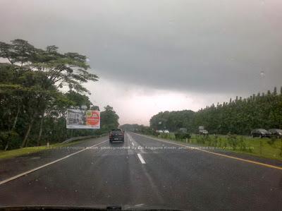 Kondisi jalan tol sehabis hujan besar.