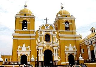 Foto a la iglesia - Catedral de Trujillo de día