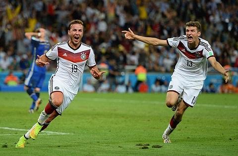 Sau bàn thắng xuất thần, đồng đội đã chia vui cùng Gotze (mang số áo 19)