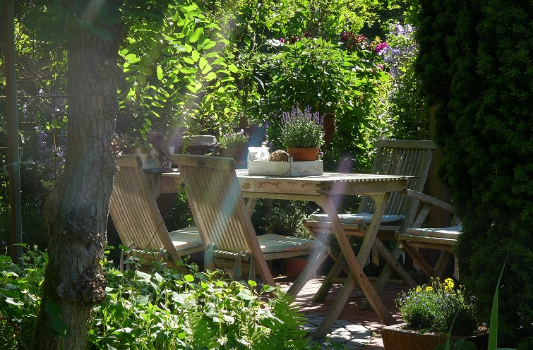 Gemütlicher Sitzplatz im Gartenparadies