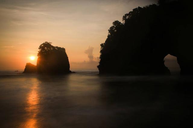 sunrise di pantai licin malang
