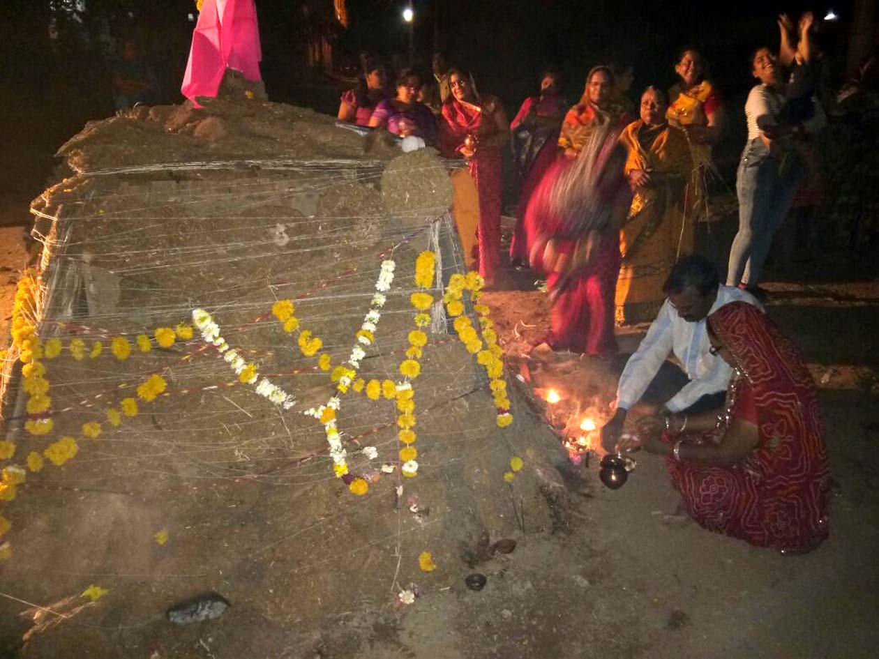 Holi-ceremony-of-Lakshminagar-Vikas-Samiti-tomorrow-लक्ष्मीनगर विकास समिति द्वारा गत रविवार को सूखे कंडों की जलाई गई होली