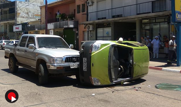 VOLCÓ AUTOMÓVIL EN EL CENTRO DE LA CIUDAD