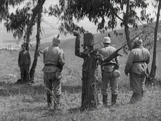 """Кадр из к/ф Чарли Чаплина """"На плечо"""" / Shoulder Arms (1918) - 8"""