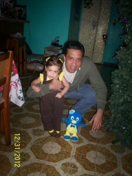 HIja y Papá jugando con Pinguino Pablo