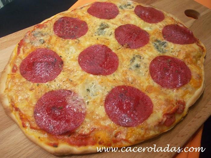 Pizza de huevo y salami (masa casera fina)