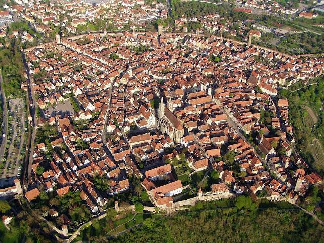 Como era comum nas cidades medievais, Rothenburg ob der Tauber  se circundou de muralhas e torres para garantir a segurança, Alemanha