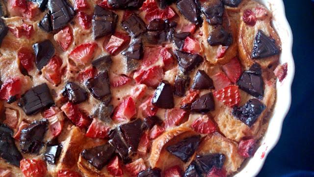 pudin croissant cruasan chocolate negro fresas desayuno merienda postre horno reciclaje aprovechamiento pan duro asentado horno rico facil