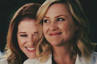 Grey's Anatomy | Sarah Drew, a April, e Jessica Capshaw, a Arizona, deixarão a série após o final da 14ª temporada