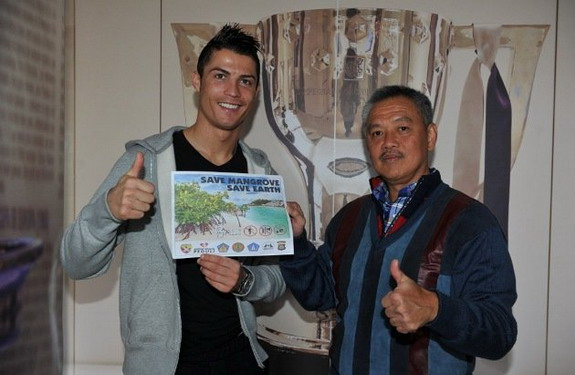 Cristiano Ronaldo poses with Tomy Winata of the Mangrove Care Forum