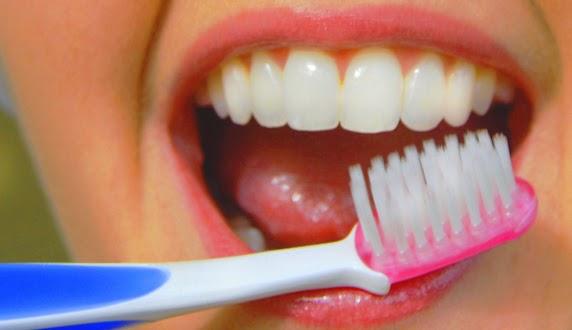 yang kuning sering kali menjadi penyebab seseorang minder dan susah untuk bergaul Cara Memutihkan Gigi dengan Mudah