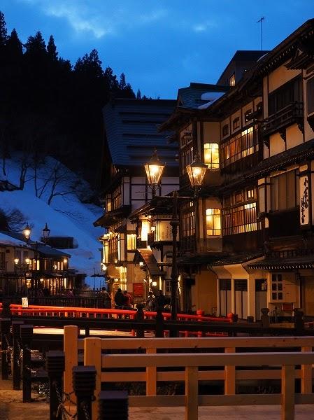 銀山温泉は、山形県 尾花沢市の温泉です。 NHKの 1983年のTVドラマの「おしん」の舞台となったり、 映画「千と千尋の神隠し 」のモデルとなったそうです。