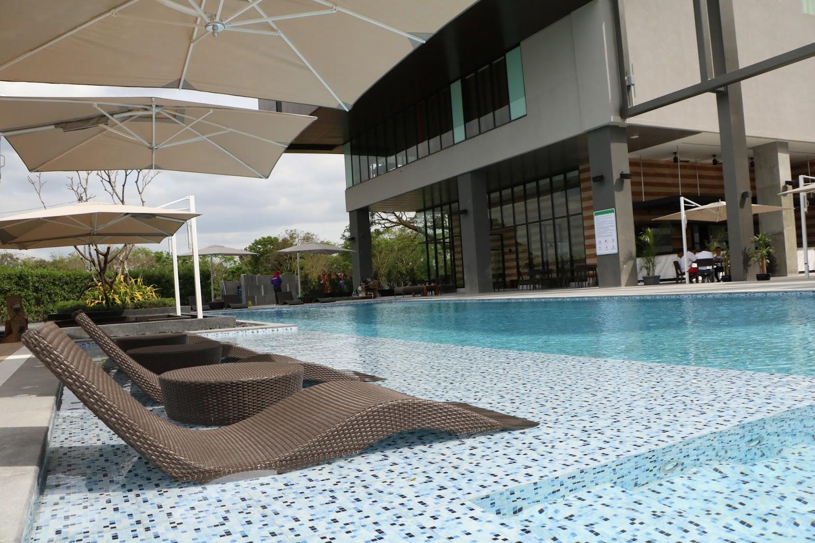 Midori clark hotel and casino for Swimming pool hotel