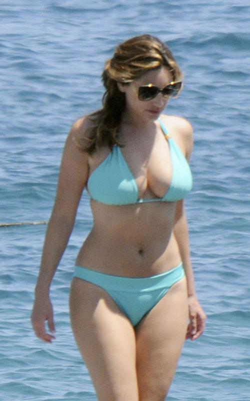 Molly C Quinn >> Kelly Brook: Turquoise Bikini Tease | Famous Celebrities
