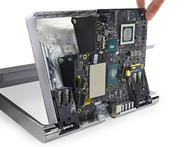 Bên trong Microsoft Surface Studio, khả nâng nâng cấp thấp, có thể thay được ổ cứng SSD