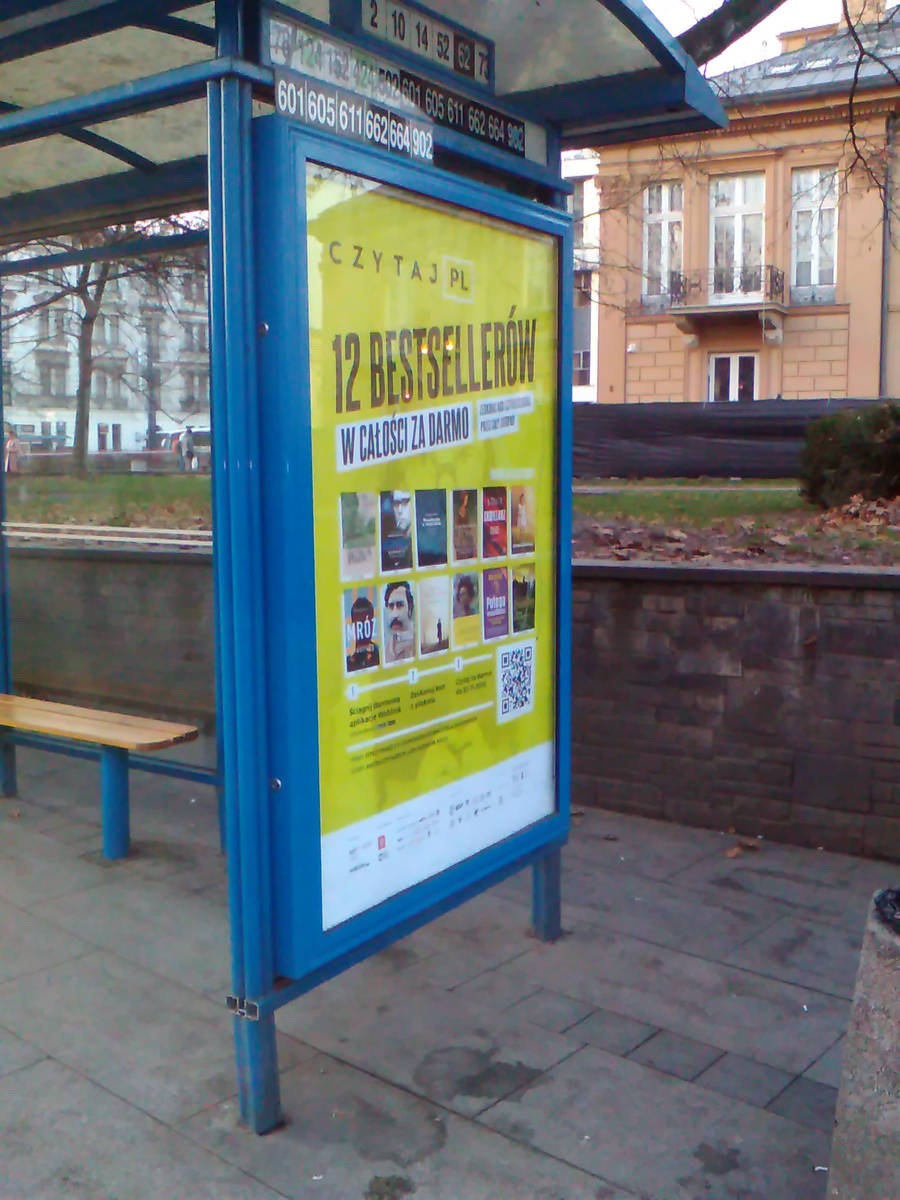 Plakat akcji Czytaj PL na przystanku tramwajowym