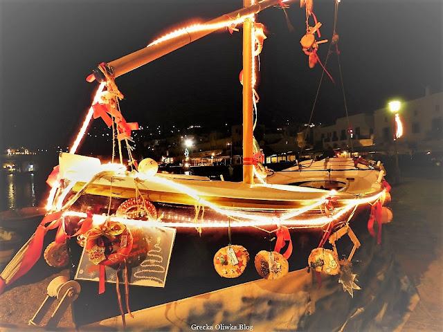 świątecznie przystrojony statek w porcie Mykonos Grecja