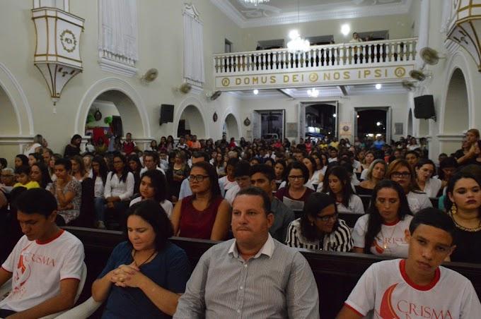 PARÓQUIA REALIZA CRISMA DE 198 JOVENS E ADULTOS