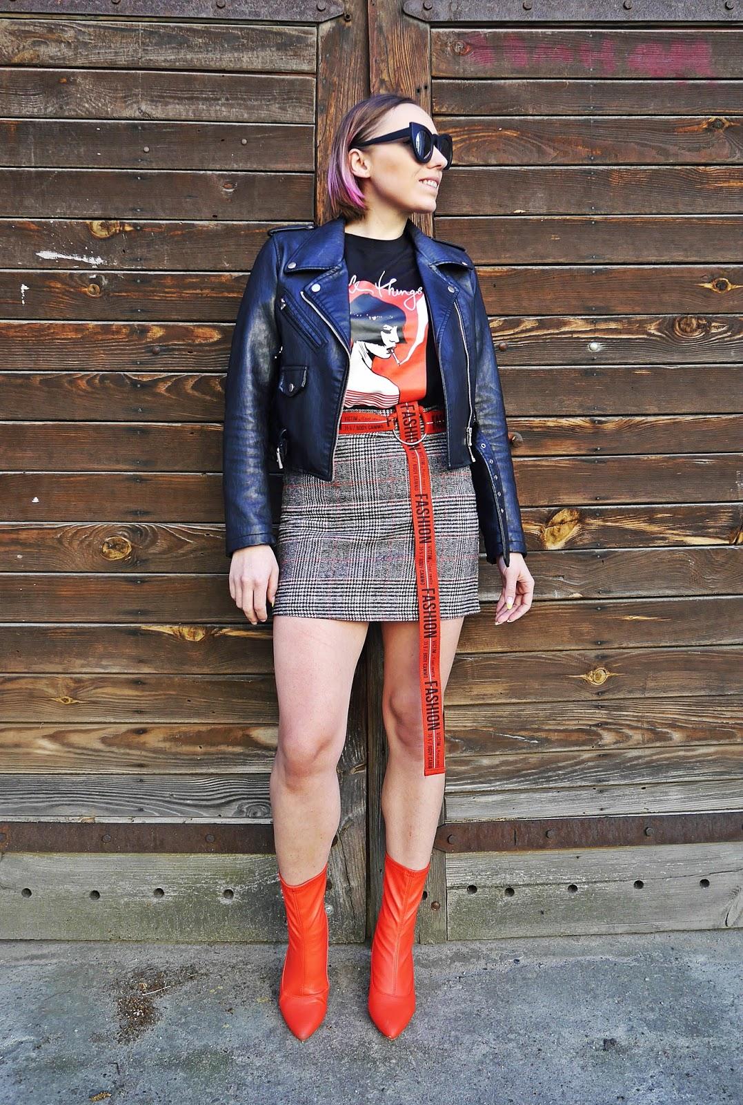 1_spodnica_w_krate_czerwone_botki_t-shirt_z_nadrukiem_karyn_blog_modowy_220418