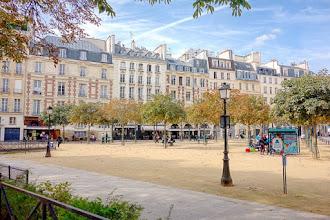 Paris : Place Dauphine, le charme du Paris carte postale - Ier