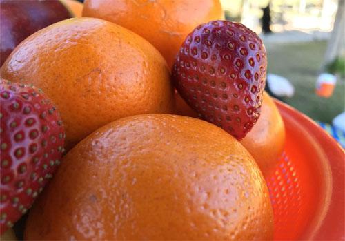 Jugo de fresas y naranja tangelo