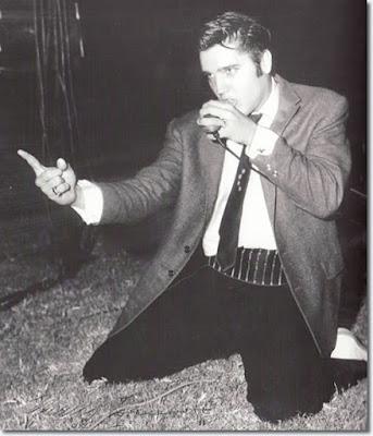 12-10-1956. Elvis si esibisce all  Heart O Texas Coliseum f8f638bb901