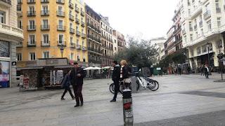 Panorámica a primera hora con pocos viandantes, entre viviendas tradicionales de cinco plantas y edificios históricos.