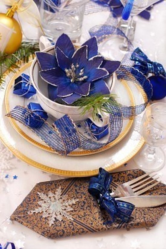 dark blue and gold Christmas table decoration