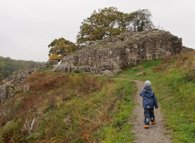 Bornholm mit Kindern im Herbst. Teil 3: 10 tolle Ausflugsziele für Familien auf Dänemarks Sonneninsel. Zur Lilleborg kann man einen schönen Ausflug machen.
