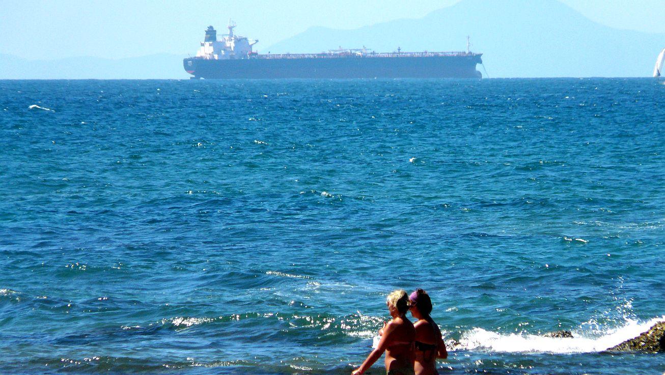 barco mujeres paseando 01
