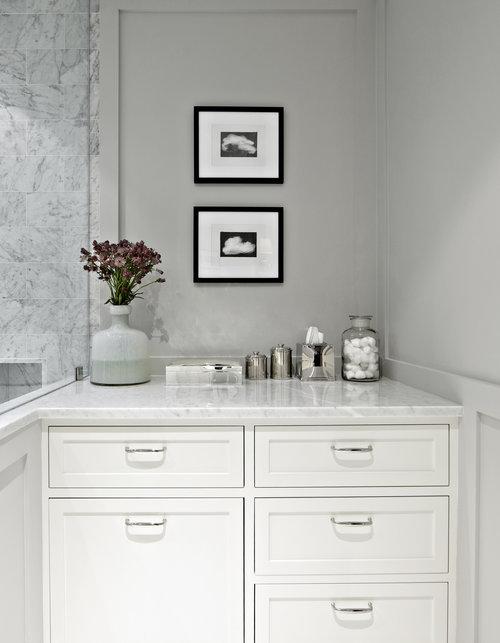 baño con mármol en tonos neutros