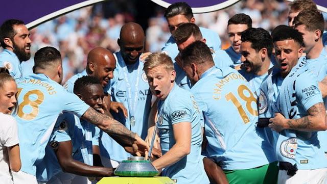 Skuat Manchester City melongo melihat trofi Liga Primer Inggris terjatuh