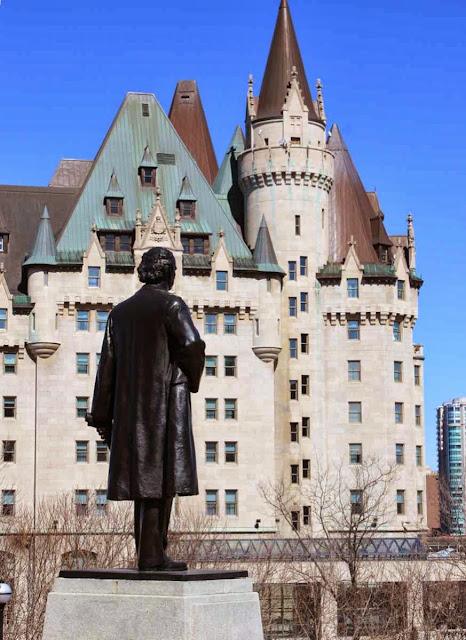 Das Chateau Laurier vom Parliament Hill aus © Copyright Monika Fuchs, TravelWorldOnline