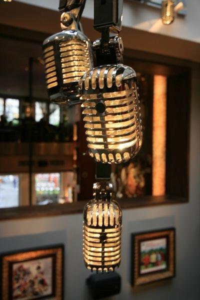 Chandelier yang terbuat dari mikrofon ini didesain oleh Technical Arts, dan dipajang di Hard Rock Cafe Brussels.