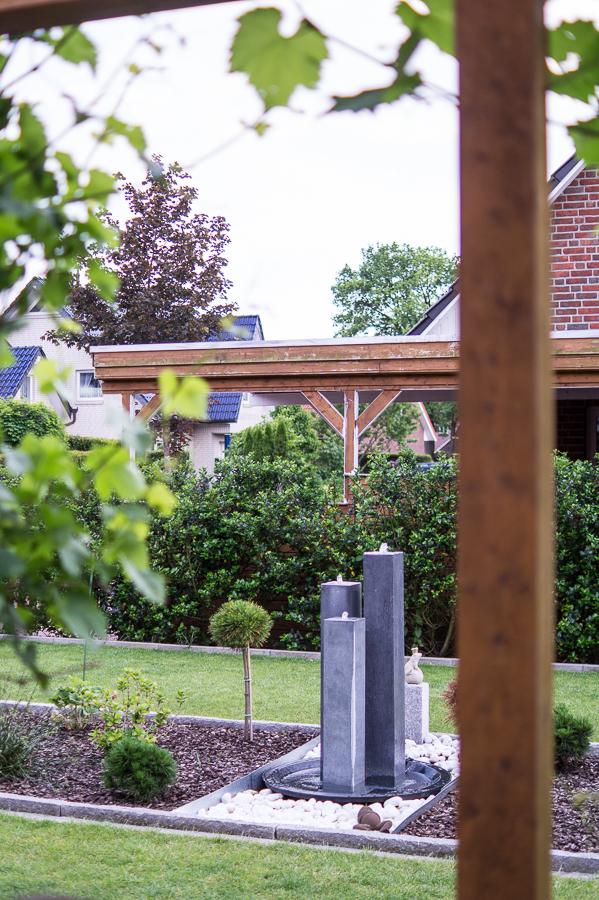Blog + Fotografie by it's me | fim.works | Ein Garten im Norden | Blick aus der Pergola auf den Gartenbrunnen und das Kiesbeet
