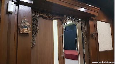 Dekorasi ballroom dengan ukiran Jawa pada ornamen kusen pintu.