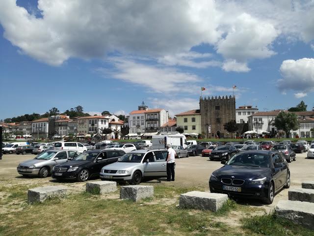 parque de estacionamento ao lado da praia fluvial