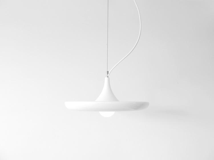 biała lampa do salonu