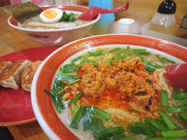 台湾らーめんと餃子と塩大家らーめんの写真