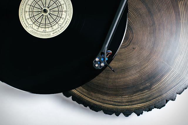 Turntable auf Eschenholzplatte mit Vinyl und High-End Tonabnehmersystem | Der edle Audiowood x Uncrate Barky Turntable mit Eschenholzplatte | Gadgets die wir lieben